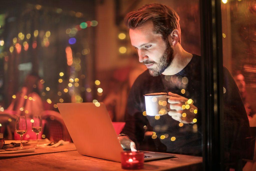 リモートワーク用PCの【Webカメラ・照明・背景】映える周辺機器